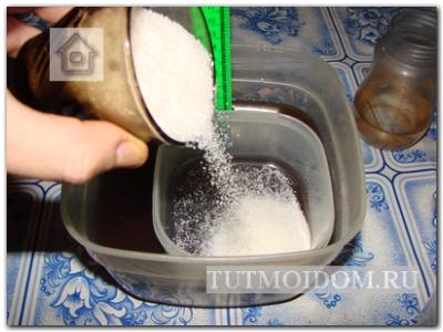теперь взвешиваем сахарный песок